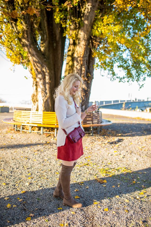 Herbstoutfit mit Overknee-Stiefeln und Strick
