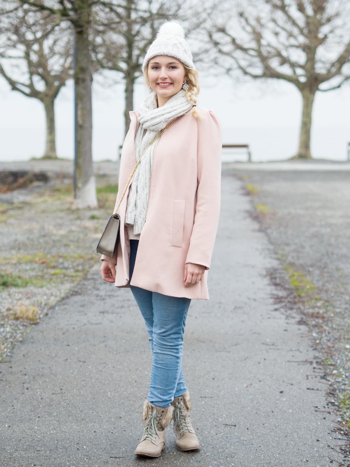Winterspaziergang im rosafarbenen Mantel