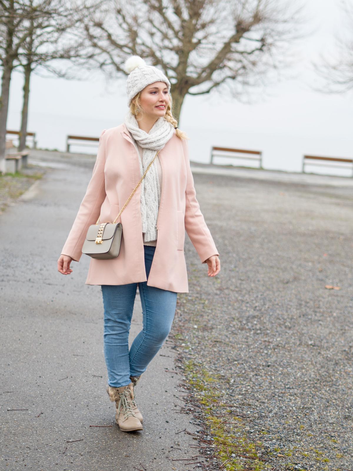 Winterspaziergang und rosafarbener Mantel