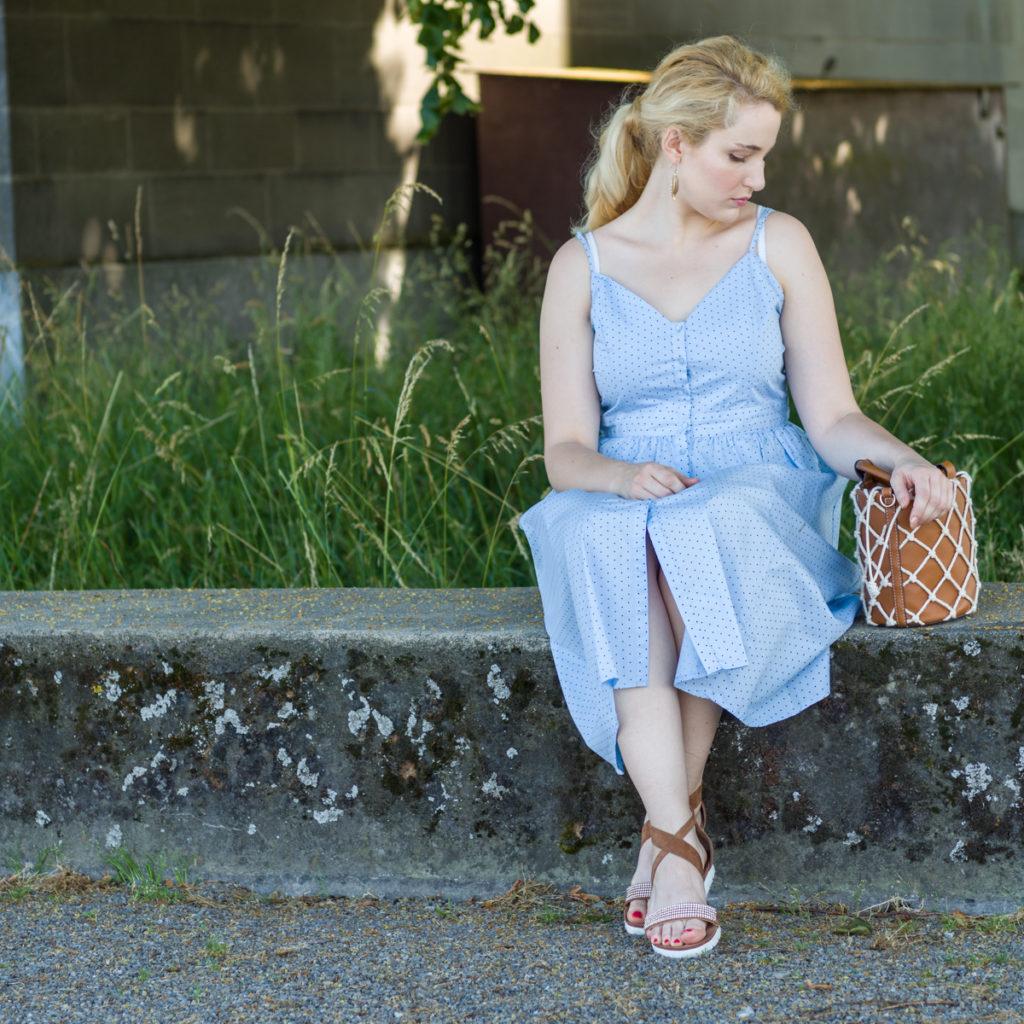 Kleid mit Knopfleiste und Tasche mit Netz