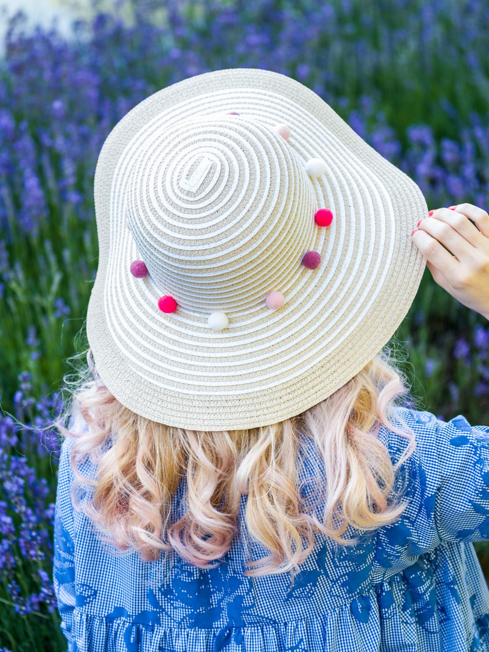 Sommerkleid und Strohhut mit Pompoms