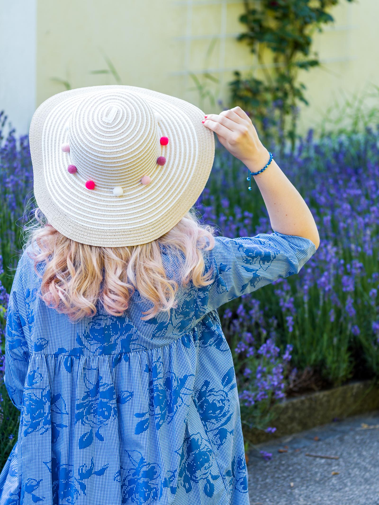 Sommerkleid und Hut mit Pompoms